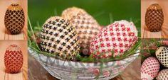Încă din cele mai îndelungate timpuri pe masa tradiţională românească de Paşte, coşuleţul cu ouă decorate îşi găseşte locul bine meritat şi nu lipseşte niciodata de la masa festivă a Sfintelor Sărbători de Paşte.   Ouă decorate cu mărgele Toho, elemente Swarovski şi mărgele presate Cehia, realizate prin tehnica Netting, pe ou de lemn natur. Dimensiunea 7 cm. Coşuleţul este realizat prin împletire din hârtie.  #cosuletPascal #Paste #EasterEgg #EasterEggs #ouadepaste