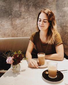 """#auszeit Me-Time, selfcare oder was weiß ich was es noch für Wörter gibt, die Message ist immer die gleiche: Mach mal ne Pause und tu dir selbst was gutes 🧡 . Für mich muss das immer nichts besonderes sein. Es sind die kleinen und einfachen Dinge, die uns entspannen lassen. Ganz nach dem Motto """"weniger ist mehr"""".🌈 . Ich liebe es zurzeit zu lesen. Am liebsten gehe ich bei dem Schmuddelwetter in ein Café, lese mein Buch, schreib Tagebuch, beobachte meine Umgebung und genieße die Ruhe. . Für…"""