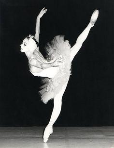 Wilfride Piollet in Swan Lake at the Opera de Paris, 1977 George Balanchine, Ballet Poses, Ballet Dancers, Ballerinas, Pantomime, Zoella, Dance Photos, Dance Pictures, Ballet Pictures