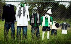 fall family photo outfit ideas- I will have to remember this for our own pics! Family Portrait Outfits, Fall Family Photo Outfits, Family Portraits, Winter Outfits, Green Outfits, Kid Outfits, Family Photos What To Wear, Fall Family Photos, Family Pictures