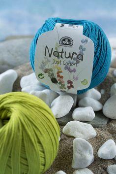 Os regalamos el patrón para hacer esta bolsa veraniega de ganchillo con Natura Just Cotton. Un cesto multicolor y muy práctico para e...