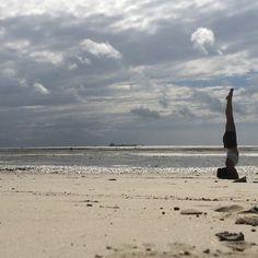 I woke up like this ! #feelinglucky #goodmorning #yoga #yogalife #yogaeveryday #yogapractice #posture #clinic #headstand #yogaatthebeach #beachyoga #beach #sea #seaview #indianocean #indian #myyogajourney #yogagivesback #travellingaround #africa #daressalam #kigamboni