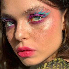 graphic liner goals makeup delineado Image about girl in make up by ♡Meet The Beatles♡ Eye Makeup Art, Cute Makeup, Pretty Makeup, Makeup Inspo, Eyeshadow Makeup, Makeup Ideas, Hippy Makeup, Grunge Eye Makeup, Neon Eyeshadow