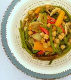 Una ricetta che si trasforma da piatto unico in primo piatto a contorno. Il curry verdure e ceci è ricco di spezie e perfetto per ogni stagione.