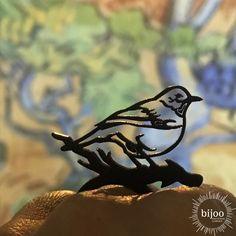 Dieser kleine Vogel landet nicht auf deinem Kopf oder deiner Schulter, sondern er setzt sich auf deinen Finger. Schöner schwarzer Bird Ring aus Naturkautschuk mit einem Vogel am Ast als Symbol auf dem Ring. Bird, Animals, Natural Rubber, Animal Themes, Black Man, Ring, Schmuck, Nice Asses, Animales