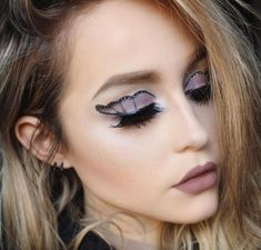 Looking for for ideas for your Halloween make-up? Check out the post right here for creepy Halloween makeup looks. Butterfly Makeup, Butterfly Eyes, Video Halloween, Halloween Make Up, Man Street Style, Coachella, Creepy Halloween Makeup, Festival Makeup Glitter, Mermaid Makeup