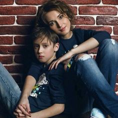Mother/Son Pose (Only Happier) Family Portrait Poses, Family Picture Poses, Family Posing, Portrait Photography Poses, Mother Son Poses, Mother Son Pictures, Sister Poses, Mother Son Photography, Children Photography