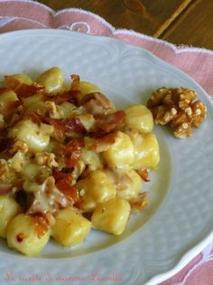 Gnocchi al taleggio, speck e noci Pasta Recipes, Dinner Recipes, Cooking Recipes, Tortellini, Risotto Cremeux, Best Italian Recipes, Weird Food, How To Cook Pasta, Biscotti