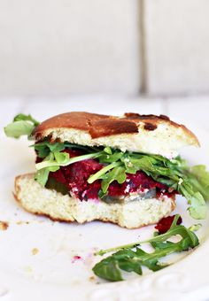 Yummy Mummy Kitchen: Beet Burger Recipe - You don't have to be vegetarian or vegan to love this veggie burger recipe. It's a delicious change from meat. Gourmet Burgers, Burger Recipes, Vegetable Recipes, Vegetarian Recipes, Healthy Recipes, Healthy Meals, Easy Recipes, Healthy Eating, Tasty
