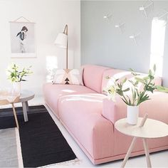 Hello grey monday! 🙋 I Love this picture, it makes me happy! 😀💕 Tror ni jag skulle tröttna på en rosa soffa? 😍🙌 Pic cred: @nordiskehjem