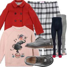 Un cappottino rosso dalla grande personalità per una passeggiata in centro. Pantalone scozzese in flanella accostato ad una felpa rosa con stampa e applicazioni. Collant e stringate in vernice con lacci in raso.