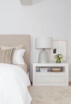 El lujo de vivir en una antigua imprenta en Tribeca, Nueva York Minimalist Bedroom, Modern Bedroom, Master Bedrooms, Serene Bedroom, Small Bedrooms, Minimalist Decor, Beautiful Bedrooms, Bedroom With Tv, Beautiful Beds