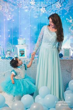 Gorgeous Ayeza Khan With Cute Daughter is beautiful background! ♥