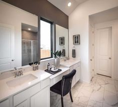 New Homes in La Cima: 50ft. lots - Home Builder in San Marcos TX Bathroom Renos, Master Bathroom, Dallas Fort Worth Texas, Highland Homes, Resort Style, New Homes For Sale, Bedroom Storage, Bay Window, Home Builders