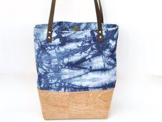 Ein echter Klassiker - die Tote Bag! Die geräumige Tasche ist dein täglicher Begleiter - Geldbörse, Handy, Kosmetiktasche und vielleicht noch ein Einkauf - alles hat hier Platz.   Bei diesem...