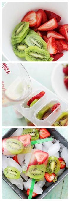 Strawberry-Kiwi Fruit Popsicles: Super easy to make, delicious and healthy Strawberry-Kiwi Popsicles! Healthy Treats, Healthy Eating, Super Healthy Recipes, Kiwi Popsicles, Helado Natural, Comida Diy, Snacks Saludables, Good Food, Yummy Food