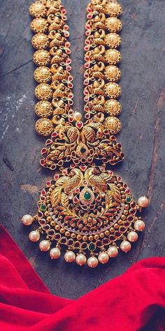 Saved by radha reddy garisa Indian Wedding Jewelry, Indian Jewelry, Bridal Jewelry, Gold Jewellery Design, Gold Jewelry, Jewelery, Bridal Necklace Set, Gold Necklace, Jewelry Patterns