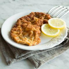 Dein Schnitzel braucht weder Semmelbrösel noch Pommes. Dein Low-Carb-Schnitzel verlangt nach Ei, Parmesan, Mandeln und frischem Tomaten-Salat.