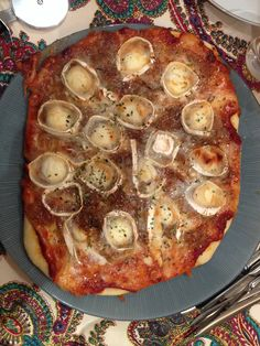 Pizza de queso de cabra y cebolla caramelizada
