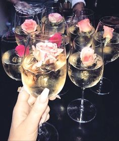 Champagne and roses prop for girly party Glace Fruit, Gin Und Tonic, Party Drinks, Drinks Wedding, Girls Night, Ladies Night, Party Planning, Alcoholic Drinks, Bridal Shower