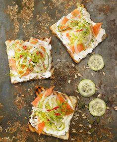 Bruschetta con salmon ahumado, pepino y queso philadelphia – Delicooks   Good Food Good Life