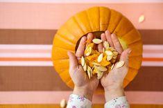 🎃 Ein selbst ausgehöhlter und gestalteter Kürbis darf bei Halloweenfans nicht fehlen! Wir zeigen Euch, wie Ihr am Ende alle Teile des Kürbisses verwertet und folglich nichts wegwerfen müsst. 🎃 Halloween Party Supplies, Halloween Party Games, Scary Halloween, Halloween Pumpkins, Halloween Crafts, Halloween Decorations, Pumpkin Nutrition, Healthy Pumpkin, Creepy Food