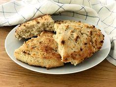 Nybakat bröd på 20 minuter! Scones är en favorit till frukost, det går snabbt att baka och smakar underbart. Mina naturligt glutenfria scones bakar jag på havremjöl och rismjöl och de får en...
