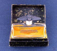 """Le Parfum D'Antan, D'Orsay  : Tipo de la botella de perfume    Materiales (s): Crystal    Diseñador / Fabricante: Baccarat    Etiqueta: etiqueta dorada, como se ve en la foto    Descripción de la caja: Caja """"D'Orsay, París"""", como se ve en la foto    Origen: Francia    Fecha o Época: Introducido 1913"""