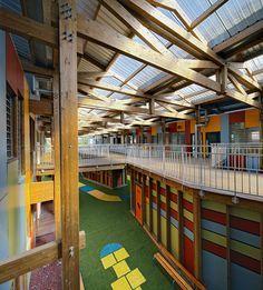 Cores vibrantes marcam fachada de escola infantil francesa - Arcoweb