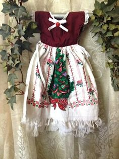 Kitchen towel Dress can hang on the oven door. The top part is made of cotton fabric. The bottom part is whole kitchen towel cut in half to make the dress. Ties are used to keep the towel on the oven door, so they will not fall off. Dish Towel Crafts, Dish Towels, Tea Towels, Christmas Crafts For Gifts, Christmas Tree, Sewing Crafts, Sewing Projects, Sewing Ideas, Towel Dress