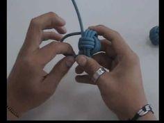 El clásico taller de crear un llavero con el cordino o cabo marinero, dando como resultado una llavero con forma de pelota.