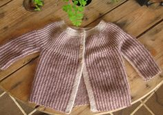 Discover recipes, home ideas, style inspiration and other ideas to try. Knitting For Kids, Baby Knitting Patterns, Baby Barn, Knitted Dolls, Baby Sweaters, Baby Outfits, Baby Dolls, Knit Crochet, Style Inspiration