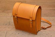 二本ベルトの外縫いリュック(FB-60)は、革の魅力を引き出す直線と曲線が交わったクラシックリュックです。「HERZ(ヘルツ)公式通販」