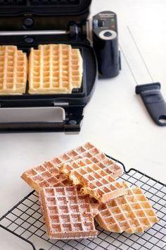 The recipe for mild and crispy waffles Easy Waffle Recipe No Milk, Waffle Recipes, Delicious Desserts, Dessert Recipes, Yummy Food, Biscotti, Bolacha Cookies, Belgium Food, Crispy Waffle