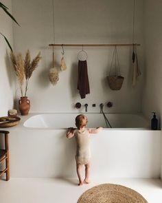 Bathroom Decor art Minimalistisches Badezimmer in - bathroomdecor Tadelakt, Home Decor Kitchen, Apartment Kitchen, Kitchen Living, Apartment Design, Living Rooms, Bathroom Inspiration, Interiores Design, Home Decor Accessories