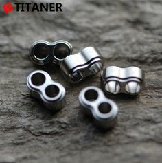 No. 8 shape Titanium lanyard stopper (for 550 paracord) Original Titanium Color L:10.5mm W:6.2mm Thickness:5.0mm Hole dia.: 3.5mm Weight:0.5g Packing:1PC/Bag