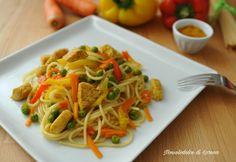 Spaghetti con pollo al curry e verdure