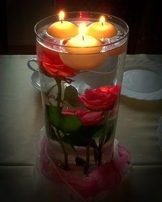 kompozycja na stół - róże w wodzie z pływającymi świeczkami