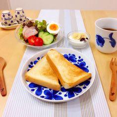 食パンとサラダで、朝ごはん。