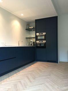 Example of Herringbone floors with modern kitchen design Kitchen Interior, Interior Design Living Room, Kitchen Decor, Navy Kitchen, Kitchen Corner, Black Kitchens, Home Kitchens, Loft Wall, Cuisines Design