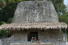 Cresta de pirámide en la plaza de los 7 Templos; Tikal, Guatemala Tikal, Plaza, Aztec, Character Design, Mexico, City, Building, Travel, Temples