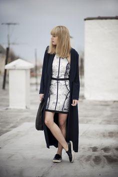 b028fd8f1 Cómo combinar: abrigo azul marino, vestido ajustado con print de flores en  blanco y