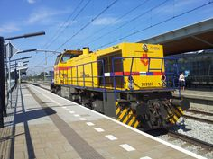 Train at railway station Zwijndrecht (Netherlands) - Photo by Petka.