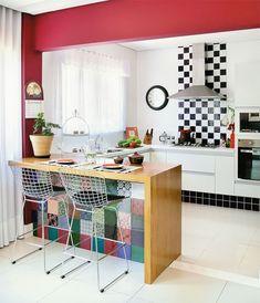 cozinha-sofisticada-vestida-de-vermelho-e-branco+preto+decoração++inspiração+piso+xadrez