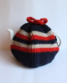 A lovely traditional knitted teacosy . Free tutorial with pictures on how to make a tea cozy in 1 step by knitting with dk wool, needles, and pom pom maker. How To posted by Emma V. Knitting Patterns Uk, Crochet Patterns, Scarf Patterns, Knitting Tutorials, Teapot Cover, Finger Knitting, Free Knitting, Tea Cozy, Yarn Colors