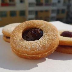 """Páči sa mi to: 5, komentáre: 0 – Božské sladké (@bozskesladke) na Instagrame: """"Kto povedal, že linecké koláčiky patria výhradne k Vianociam? Plnené domácim džemom s kúskami jahôd…"""" Doughnut, Desserts, Food, Tailgate Desserts, Postres, Deserts, Essen, Dessert, Yemek"""