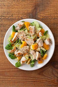 Sałatka z roszponką, żółtą papryką i grillowaną piersią kurczaka z sezamem. Lamb's lettuce salad with chicken, pepper and sesame seeds