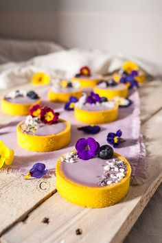 Tartellette alla violetta e mirtilli · Cooking me softly Fancy Desserts, Köstliche Desserts, Dessert Recipes, Plated Desserts, Yummy Snacks, Delicious Desserts, Yummy Food, Tart Recipes, Sweet Recipes