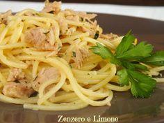 Gli spaghetti tonno e limone sono una ricetta semplicissima, una di quelle ricette, insomma, che ci salvano quando rientriamo a casa all'ultimo momento