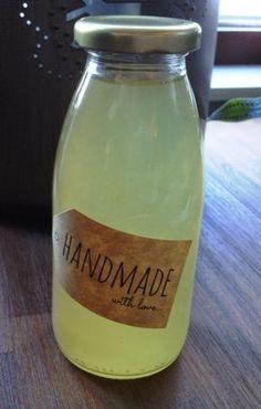 Recept om zelf heerlijke muntsiroop te maken. Lekker verfrissend in de zomer als limonade of verwerk de siroop in dessert of cocktail